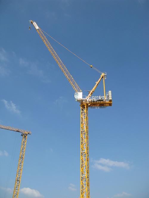 如今在施工中将塔式起重机坐落在高耸的建筑物内部正